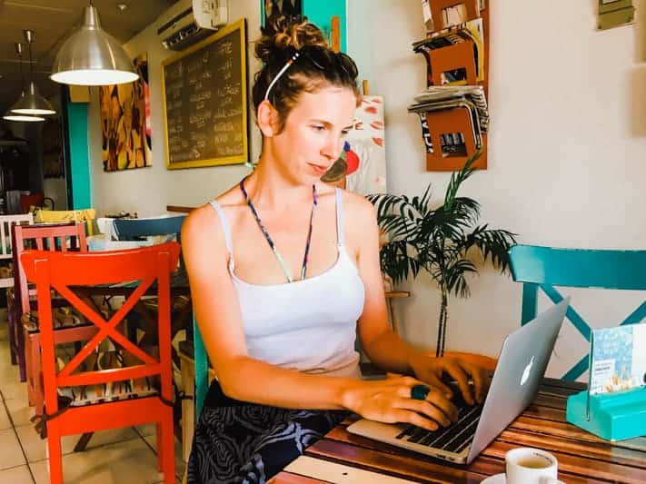 Digital Nomad JeyJetter in a Cafe