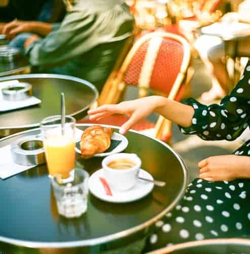 A women living in France in a cafe